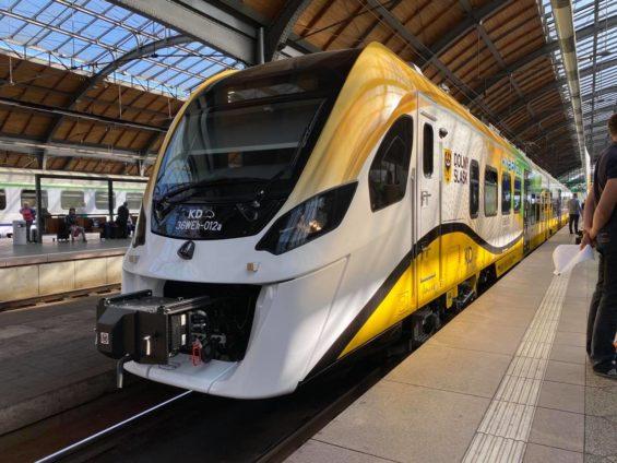 Pierwszy hybrydowy pociąg Kolei Dolnośląskich na torach
